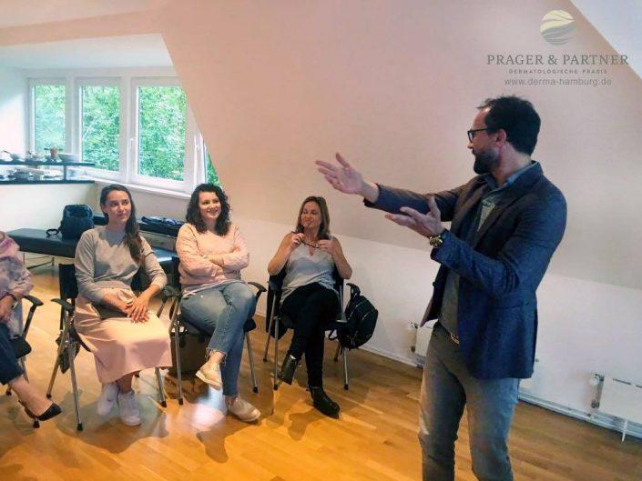 Im Theorieteil stellt Dr. Welf Prager den Teilnehmern viele Tipps und Tricks in der ästhetischen Gesichtsbehandlung vor.