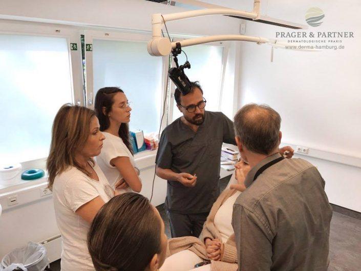 Am zweiten Tag wird die Theorie in die Praxis umgesetzt. An Probanden werden neue Injektionstechniken von Dr. Prager demonstriert.