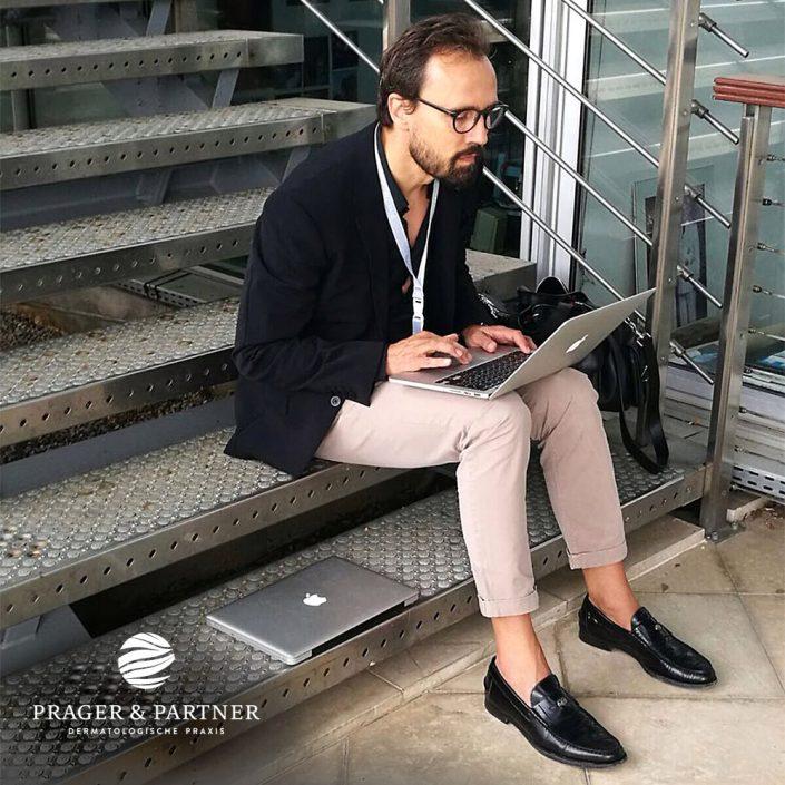 Dr. Welf Prager zu Gast in Monaco. Letzte Vorbereitung zu dem bevorstehenden Vortrag fand auf der Treppe statt.